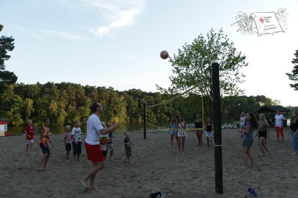 Kinder beim Volleyball spielen